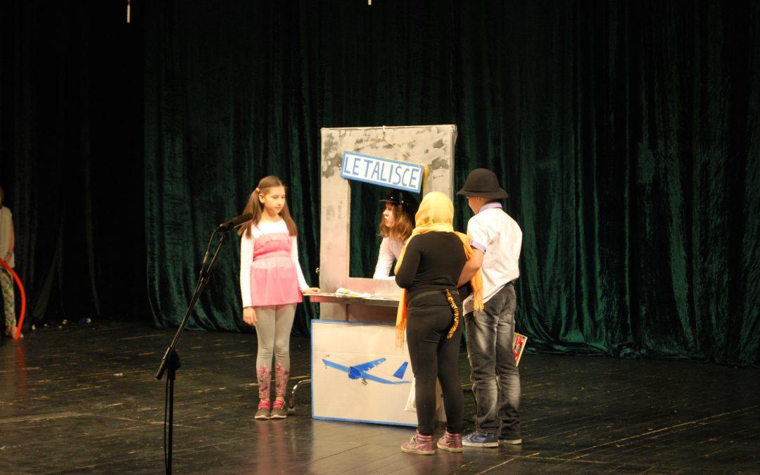 Učenci oddelkov NIS so združili gledališče, petje, ples in inštrumente v predstavo!